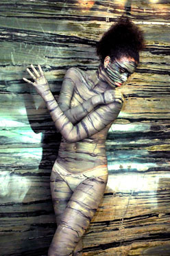Stone Fair di Vitoria in Brasile, body painting mimetico  riproducente il marmo, 2013.