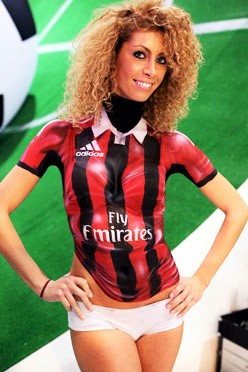 Body painting di maglietta del Milan per l'evento Games Week di Milano, 2014.