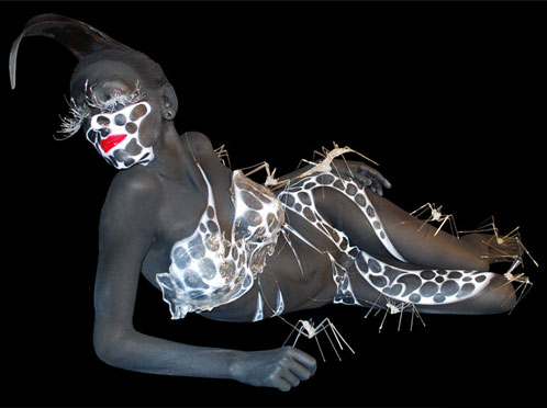 Body painting in bianco e nero.